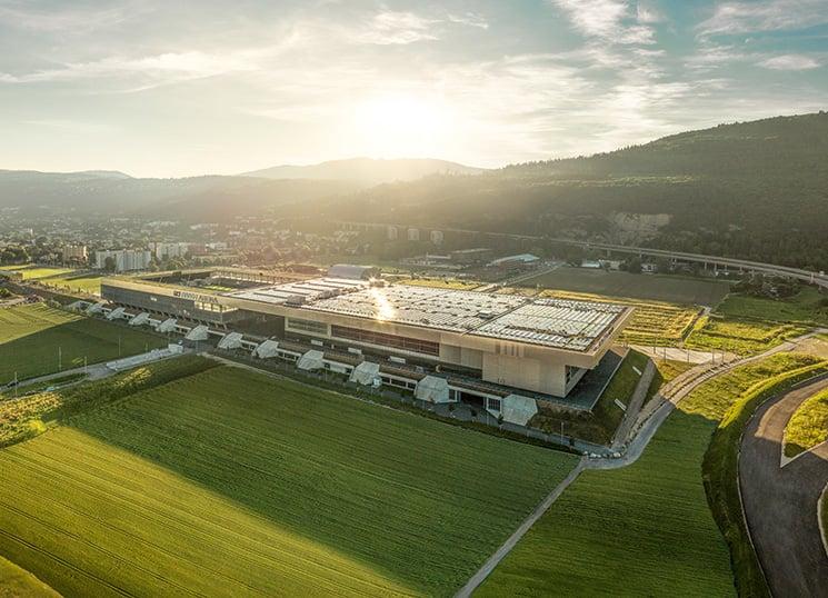 Im Solarkraftwerk auf dem Dach der Bieler Tissot-Arena sind ABB-Wechselrichter installiert. Die Einbindung erneuerbarer Energien ist ein Zukunftsmarkt.