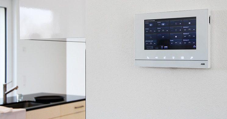 Das Haussteuerungssystem von ABB kann zum Beispiel mit diesem Bildschirm an der Wand intuitiv bedient werden. Es hilft den Bewohnern dabei, den Energieverbrauch klein zu halten.